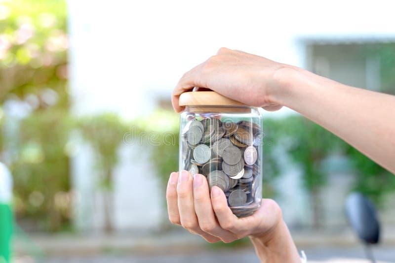 Sparen geldconcept met muntstukken royalty-vrije stock foto's