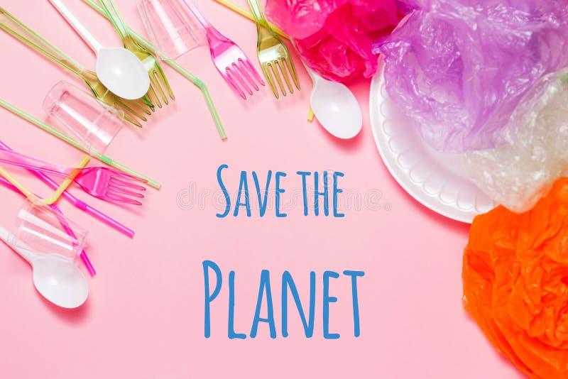 Sparen het planeetconcept: plastic afval, plastic zakken en huisvuil Het concept van de milieuverontreiniging royalty-vrije stock foto