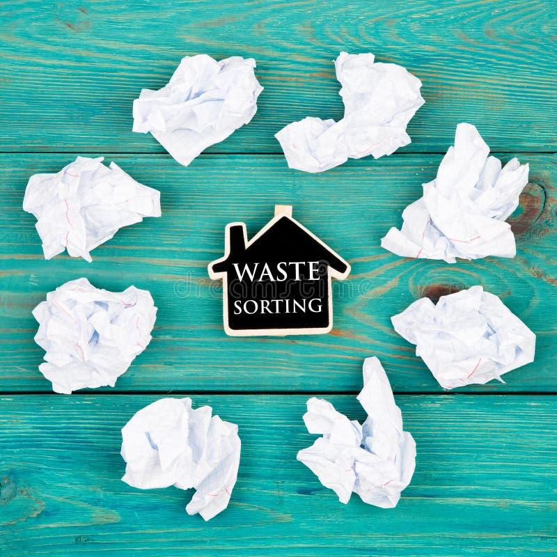 Sparen het planeetconcept - verfrommeld document rond een bord in vorm van hart en tekstafval het sorteren stock afbeeldingen