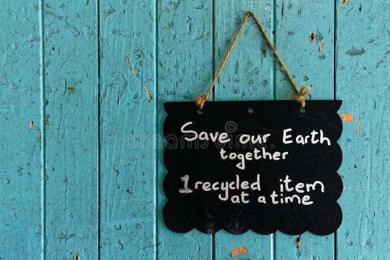Sparen ons aardeteken die op een deur hangen royalty-vrije stock foto
