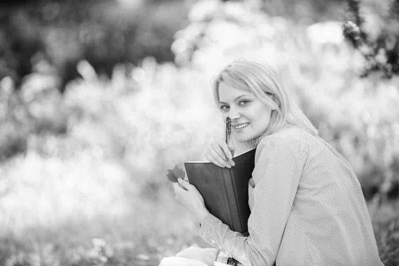 Sparen uw tijd De vaardigheid van het tijdbeheer Het meisje met bedrijfsagenda creeert haar dagelijks programma De vrouw ontspant stock fotografie