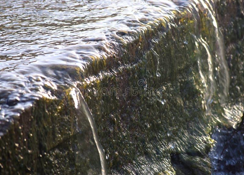 Sparen Water - sluit omhoog van Transparant Water die in een kleine Stroom vallen - Milieu Aqua royalty-vrije stock fotografie