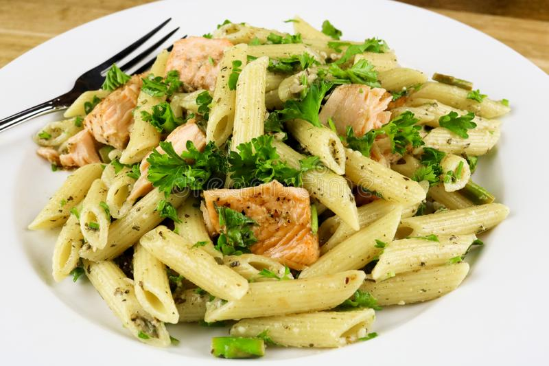 Spargel u. gebackener Salmon Penne Pasta Salad lizenzfreie stockfotografie