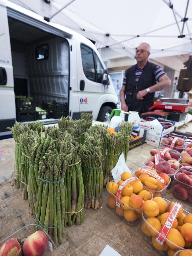 Spargel und Frucht auf Markt in Briancon in den französischen Alpen von Haute Provence lizenzfreie stockfotografie
