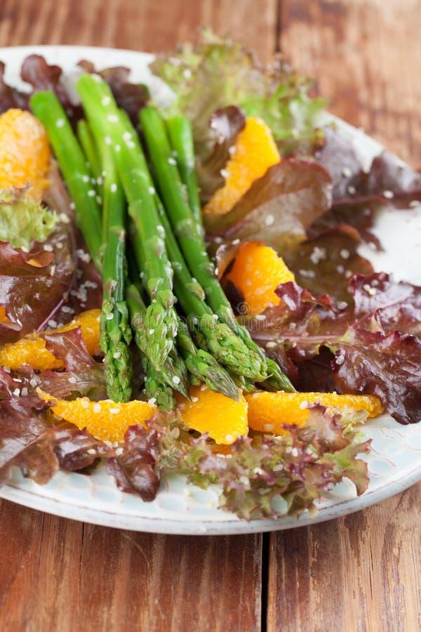 Spargelsalat mit Orangen und Hanfsamen stockfotos