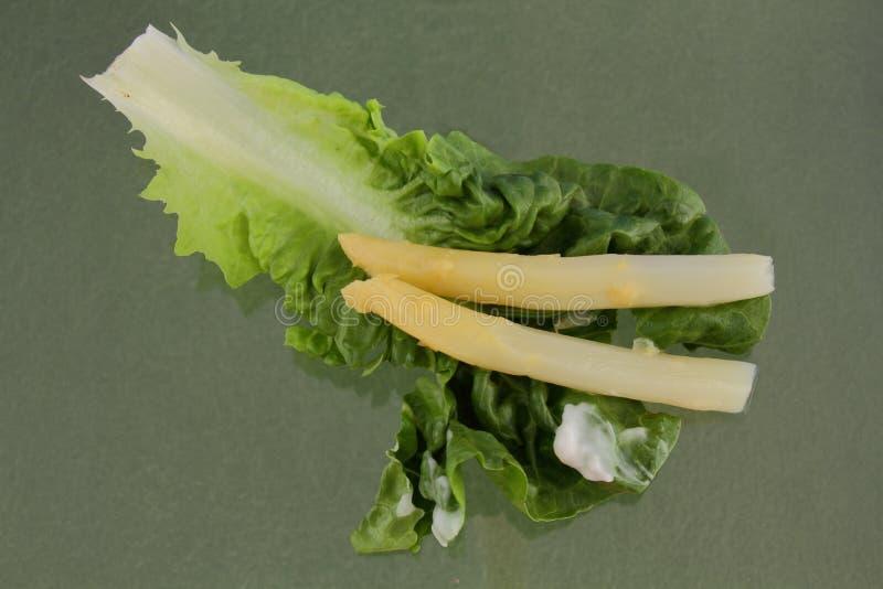 Spargeltrieb auf einem Kopfsalatblatt stockfoto