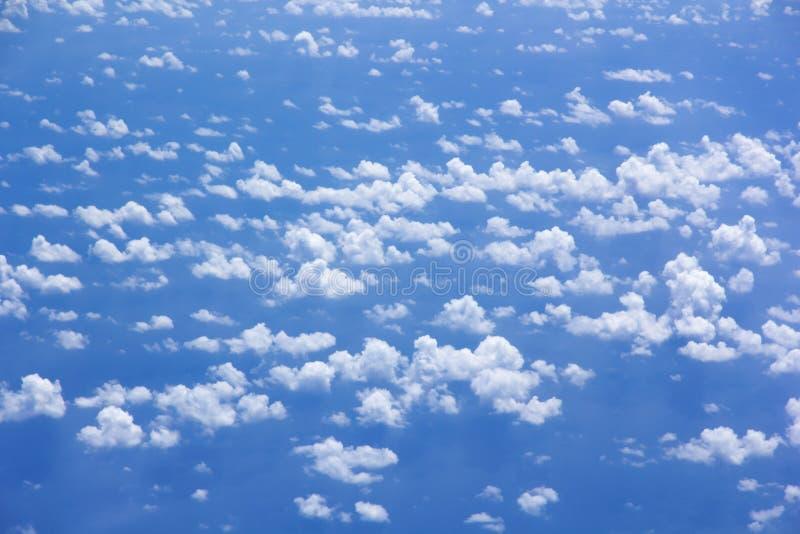 Spargimento della nuvola su cielo blu immagine stock
