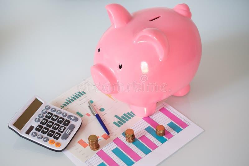 Spargris med begrepp för besparingar för finansark- och pengarvaluta royaltyfria bilder