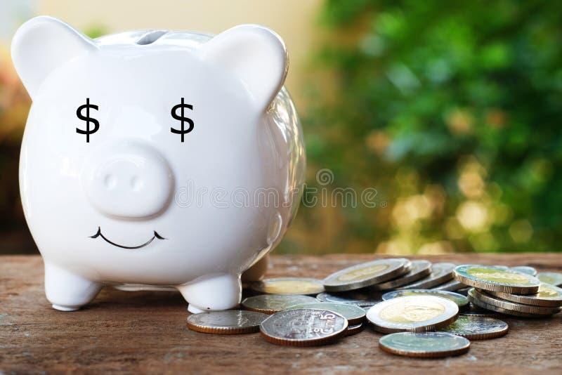 Spargris med dollarögat och hög av myntet för sparande pengarbegrepp arkivfoton