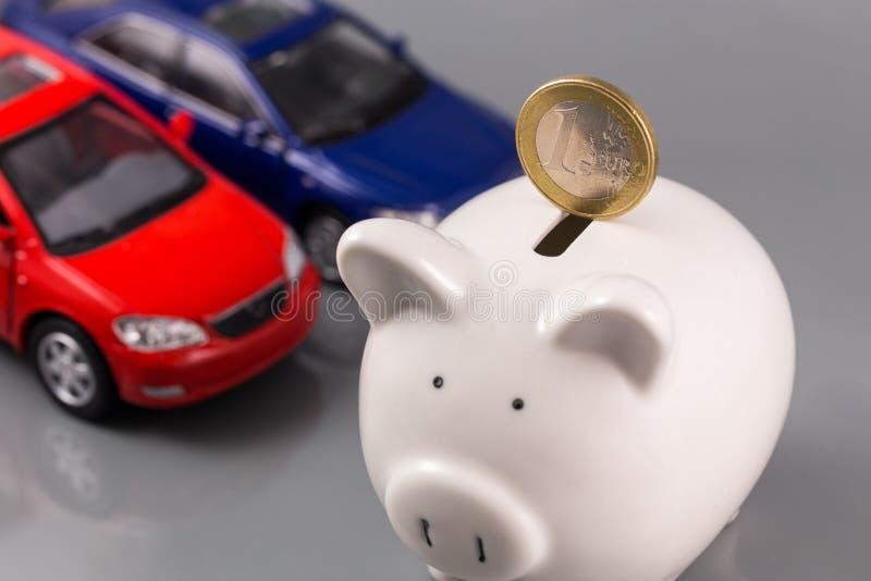 Spargris med euro och bilar royaltyfri bild