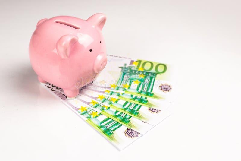 Spargris- och euroräkningar royaltyfri fotografi