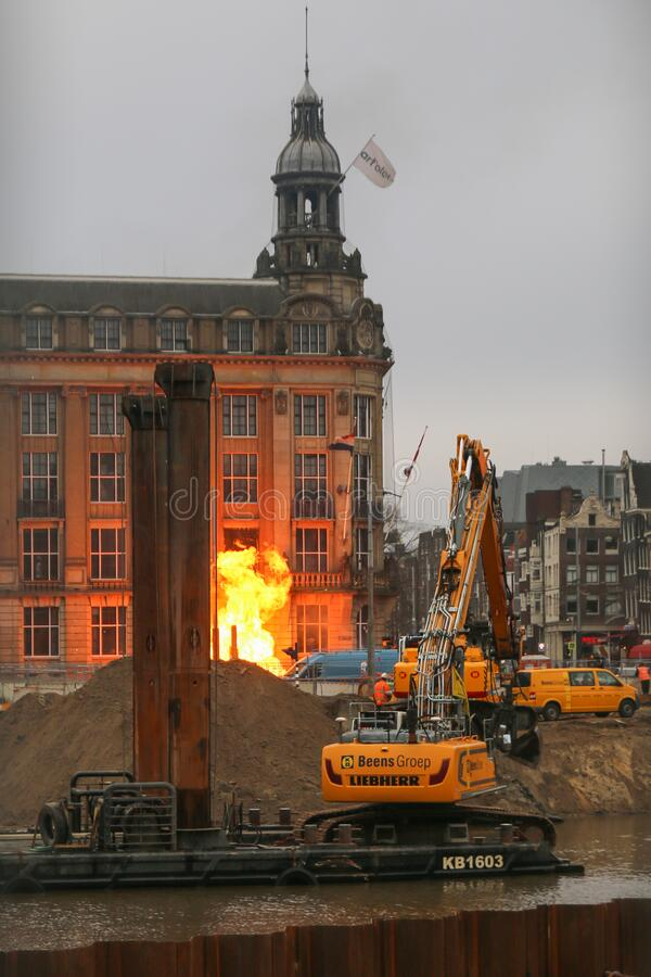 Spari di gas nei pressi degli hotel di Amsterdam davanti alla stazione centrale fotografia stock