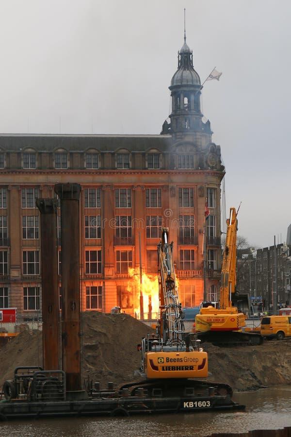 Spari di gas nei pressi degli hotel di Amsterdam davanti alla stazione centrale immagini stock libere da diritti