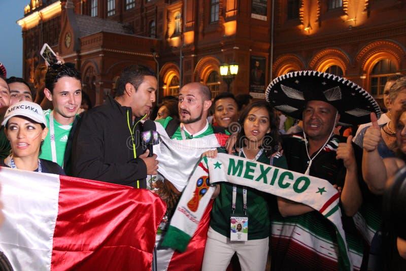 Spari le notizie per la televisione messicana, sia radiodiffusione in tensione sulla TV con i fan alla coppa del Mondo a Mosca immagine stock libera da diritti