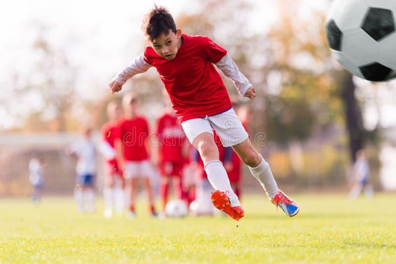 Sparka fotboll för pojke royaltyfria bilder