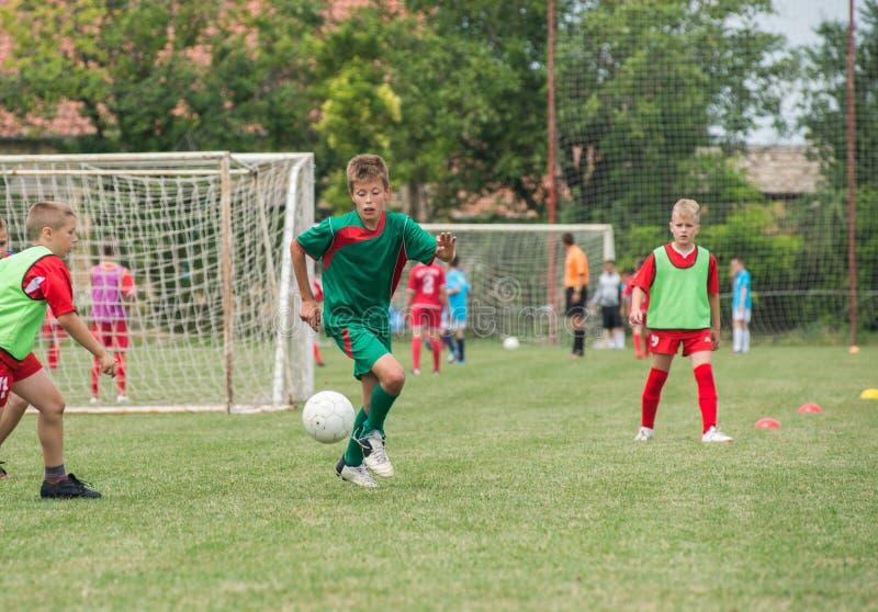 Sparka fotboll för pojke arkivfoton