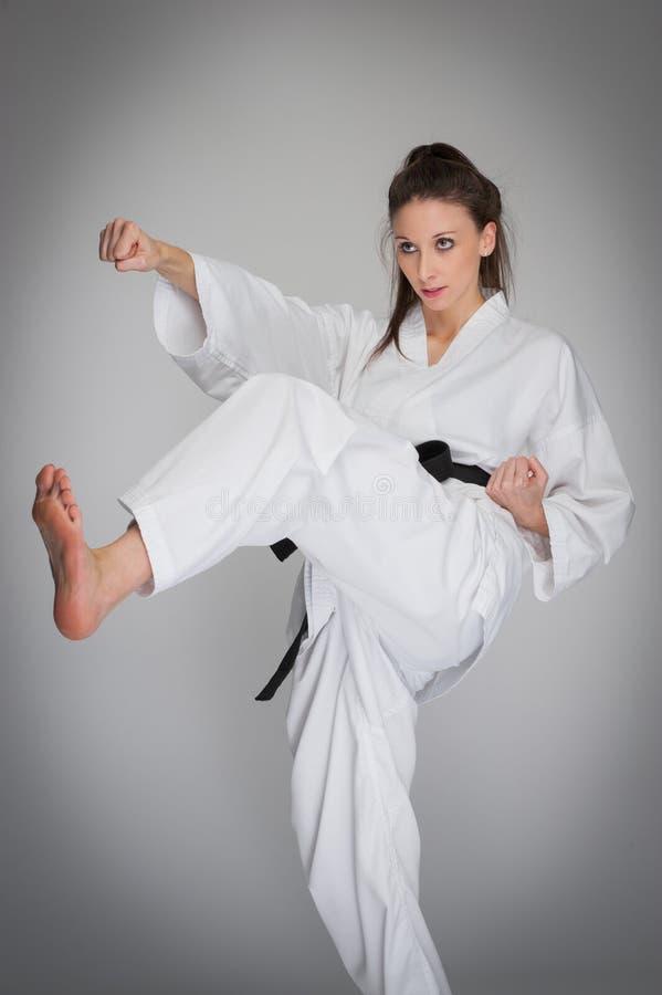 Sparka stansmaskinsjälven - försvarkvinna i karateutbildning arkivfoto