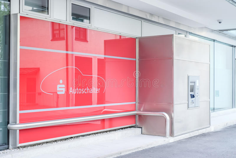 Sparkasse aandrijving-in ATM stock foto