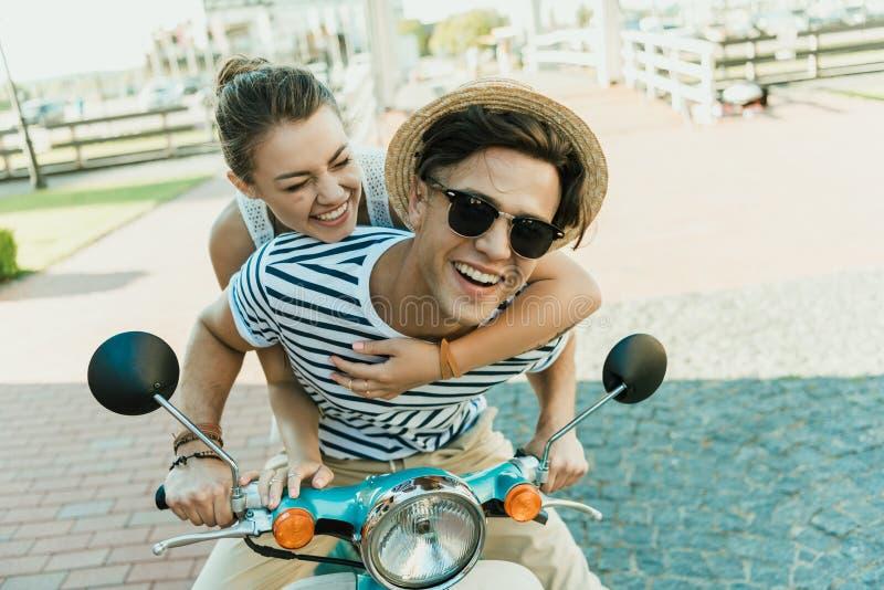 Sparkcykel för förälskad ridning för par retro tillsammans royaltyfria bilder