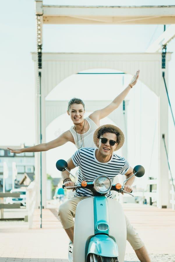 Sparkcykel för förälskad ridning för par retro tillsammans royaltyfria foton
