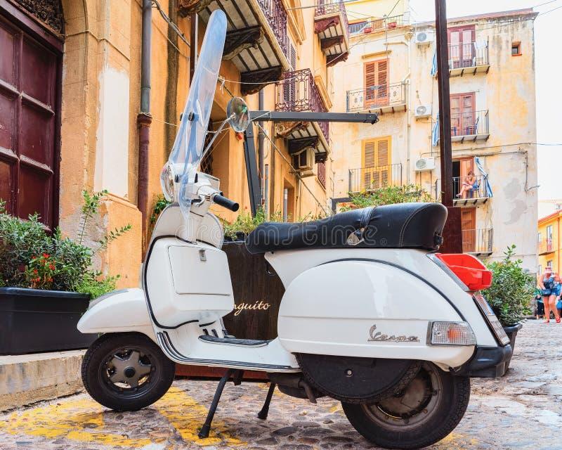 Sparkcykel i gata av Cefalu den gamla staden Sicilien Italien arkivbild