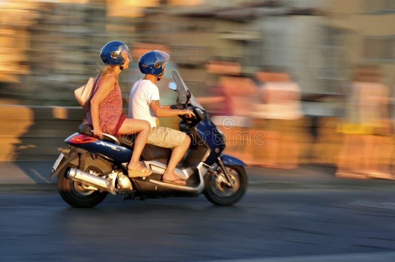 Sparkcykel i trafik i den Florence staden i Italien royaltyfri fotografi