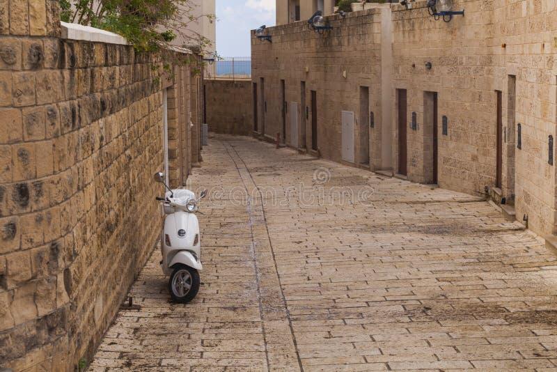 Sparkcykel på den gamla smala gatan av Jaffa israel Tel Aviv arkivfoto