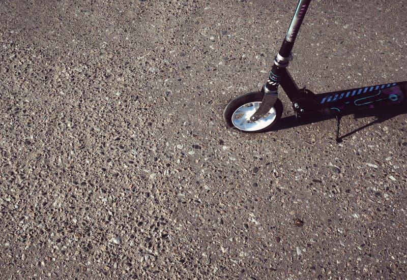 Sparkcykel på den gråa asfalten arkivbilder