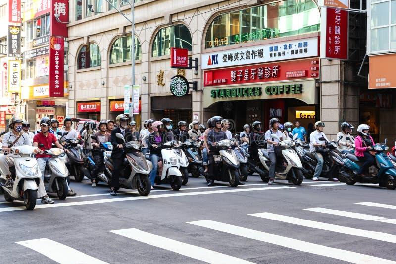 Sparkcykelryttare under morgonpendlingssträcka i Taipei, Taiwan royaltyfria foton