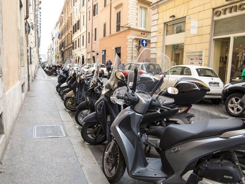 Sparkcyklar som parkeras på en gata i Rome arkivfoto