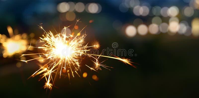 Sparkler με το θολωμένο bokeh φως στοκ φωτογραφία με δικαίωμα ελεύθερης χρήσης