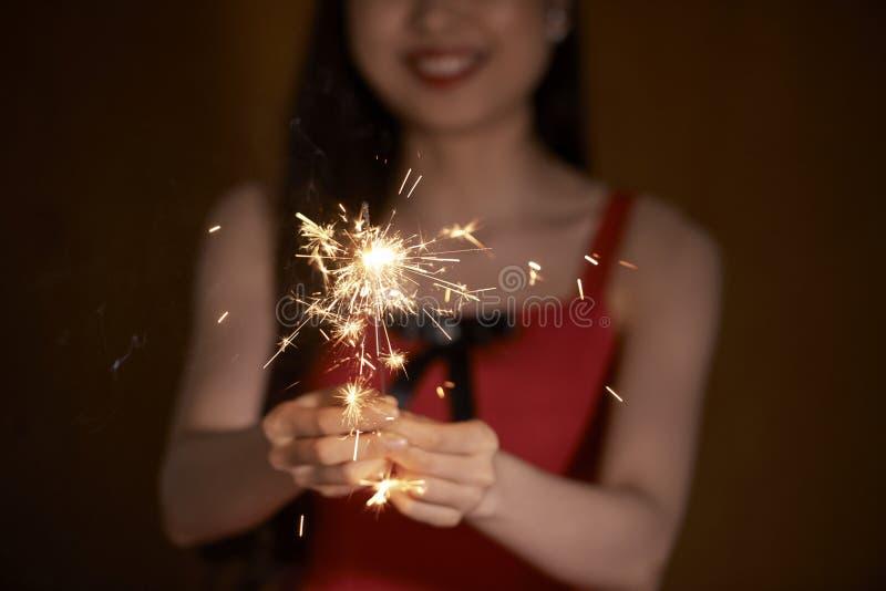 Sparkler ardiente imagen de archivo libre de regalías
