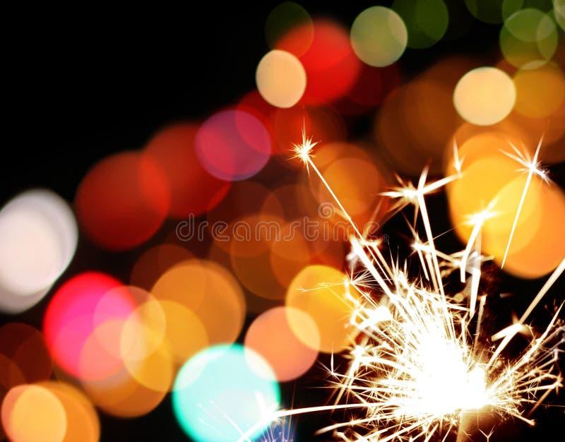 Sparkler do feriado e luzes coloridas foto de stock royalty free