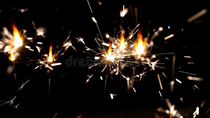 sparkler Fundo da noite com um chuveirinho Ano novo feliz Chuveirinho colorido de Bokeh do chuveirinho História bonita, mágica fotos de stock