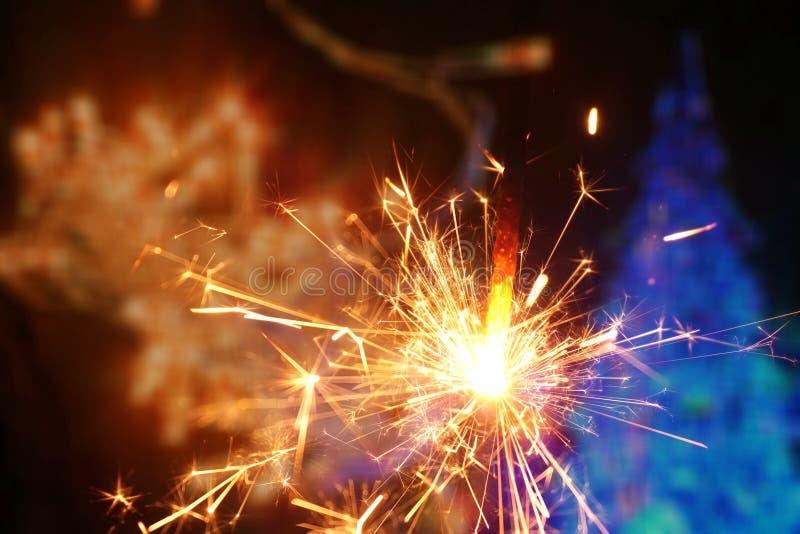 Sparkler i kolorowy bokeh bożych narodzeń nowego roku tło zdjęcia stock