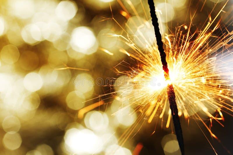 Sparkler sur le fond de bokeh photographie stock