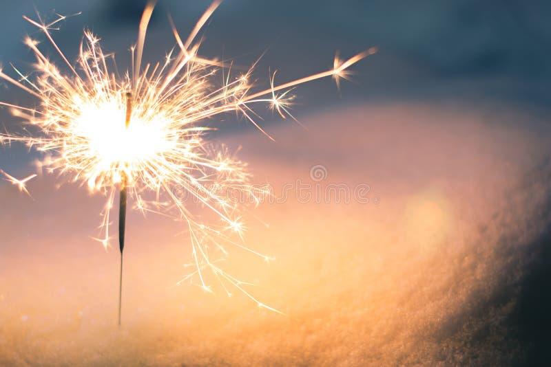 Sparkler w śniegu w wieczór zdjęcie royalty free