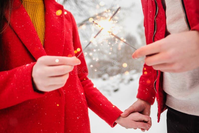 Sparklers i fajerwerki w rękach mężczyzna i kobieta w górę obrazy stock
