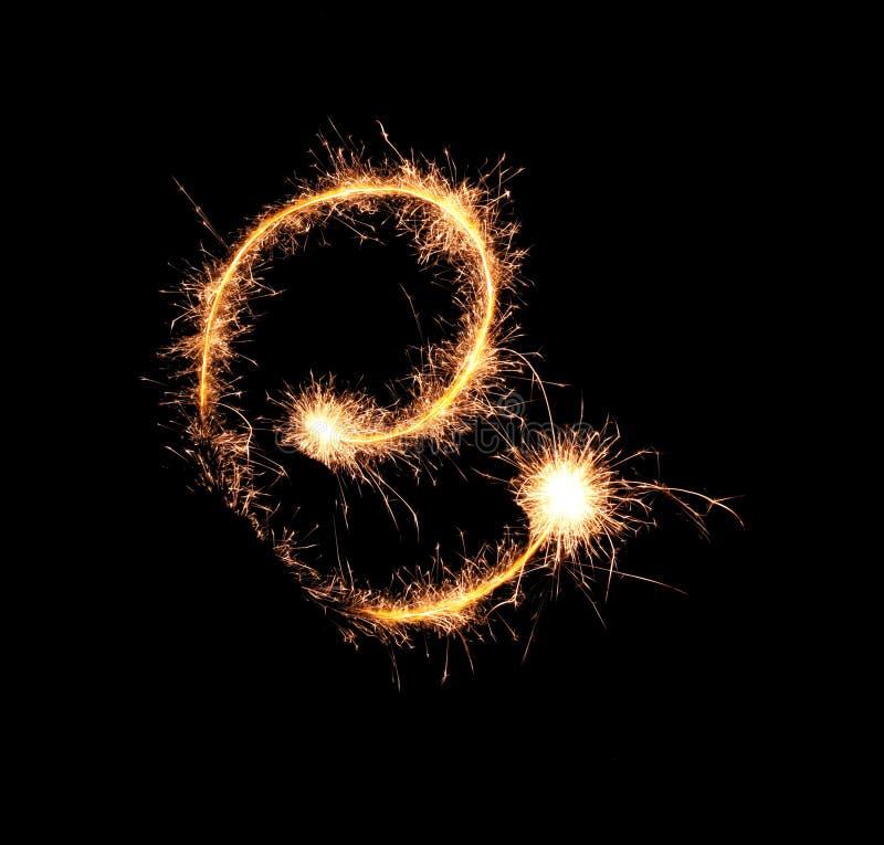 Sparklers tworzy list E na ciemnym tle obraz royalty free