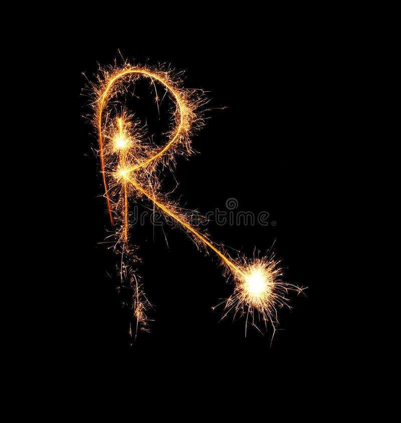 Sparklers tworzy list R na ciemnym tle zdjęcia stock
