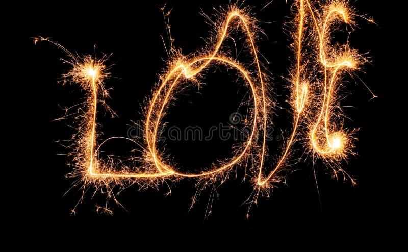 Sparklers tworzy słowo miłość na ciemnym tle obrazy royalty free