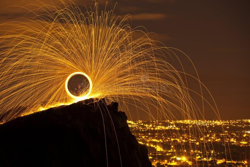 Sparkles springbrunnen från svängtappbrand royaltyfria bilder
