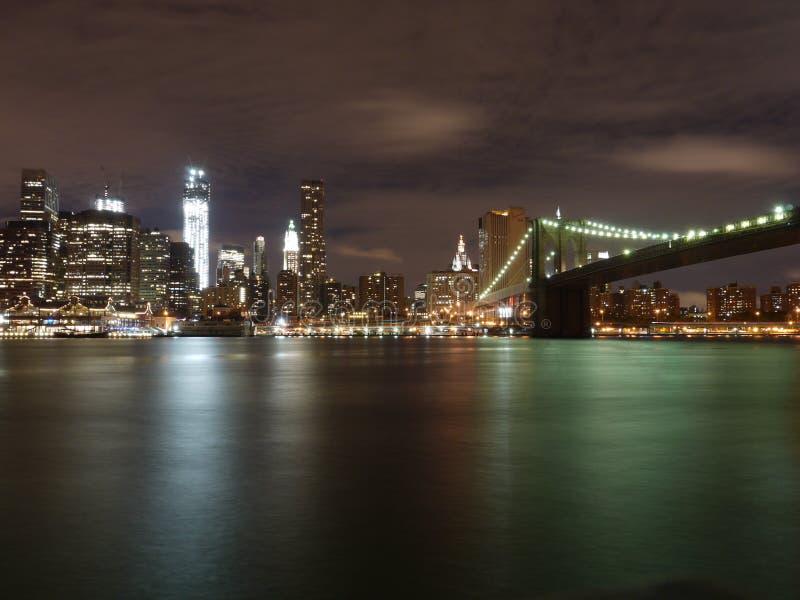Sparkling Brooklyn bro vid natt arkivbild