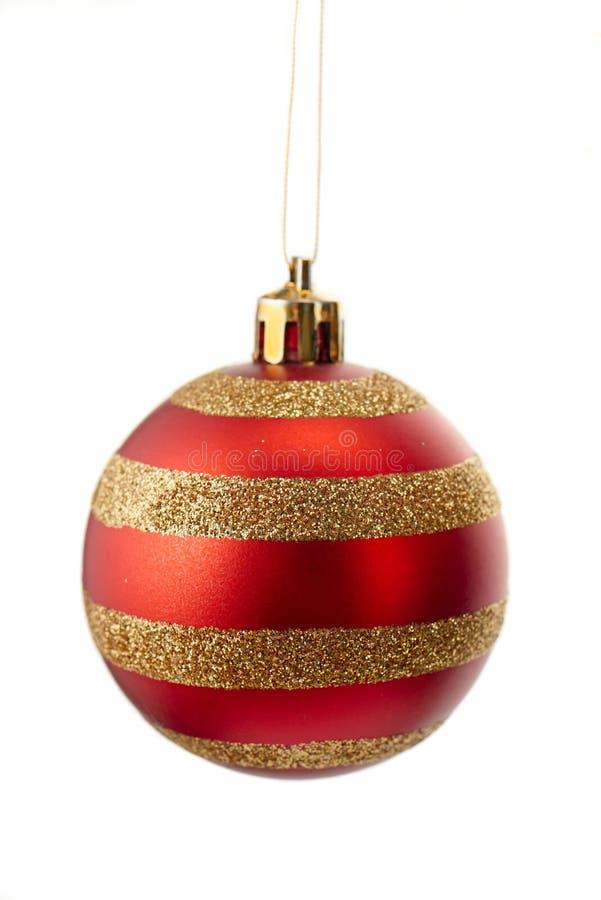 Sparkly Gold und roter gestreifter Weihnachtsball lokalisiert auf Weiß lizenzfreie stockfotos