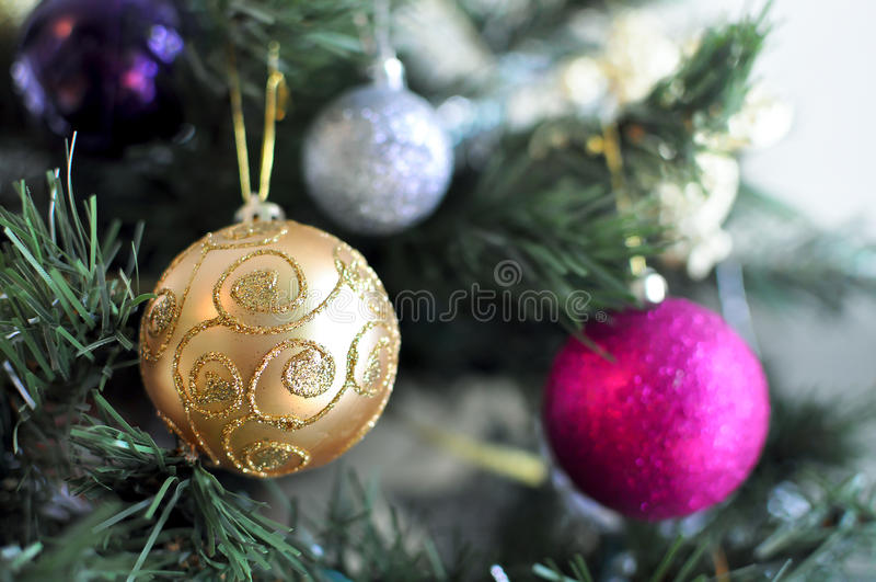 Sparkly piłka ornamenty na choince obraz royalty free