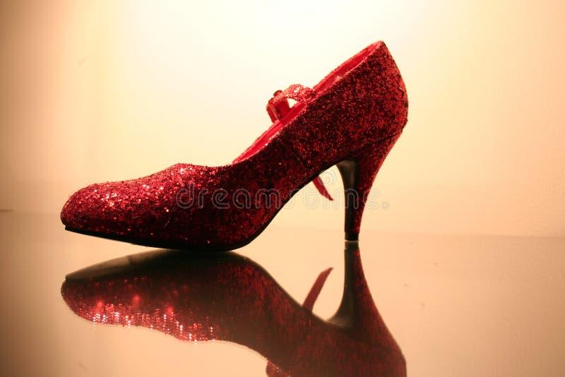 Sparkly roter Schuh lizenzfreie stockbilder