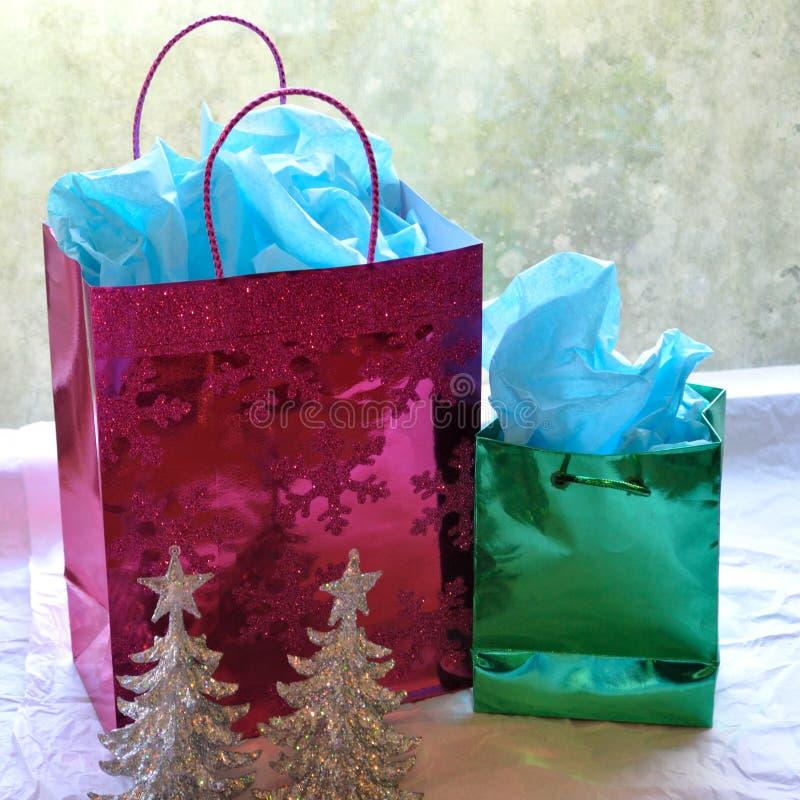 Sparkly Weihnachtsgeschenktaschen und -bäume stockfotografie