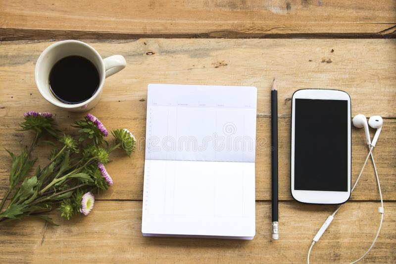 Sparkontobankbok med mobiltelefonen för affärsarbete royaltyfria foton