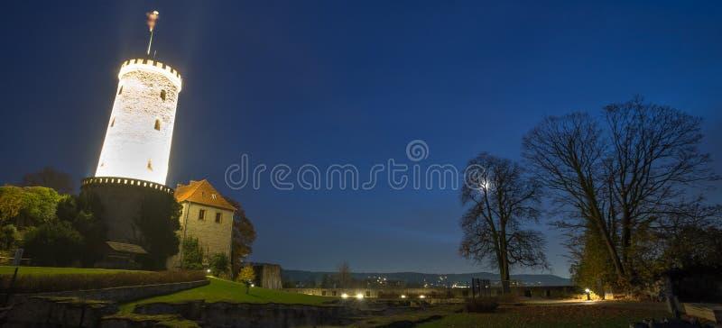 Sparrenburg-Schloss Bielefeld Deutschland am Abend stockbild