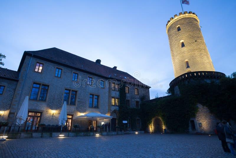 Sparrenburg slott bielefeld Tyskland i aftonen fotografering för bildbyråer